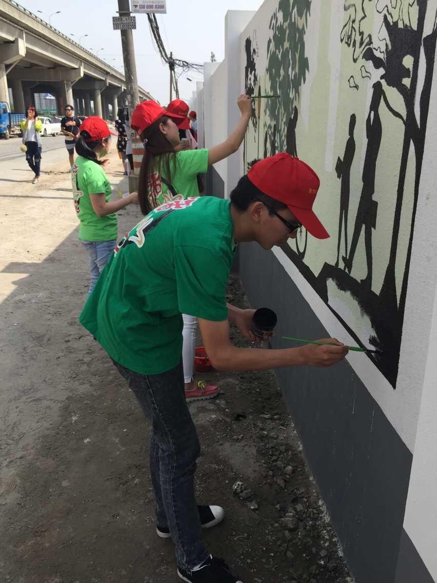 城北街道组织志愿者手绘文化墙活动