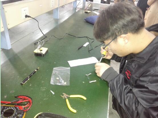 大赛现场发放功能电路板焊接套件(含pcb板与元器件)和技术资料(电路