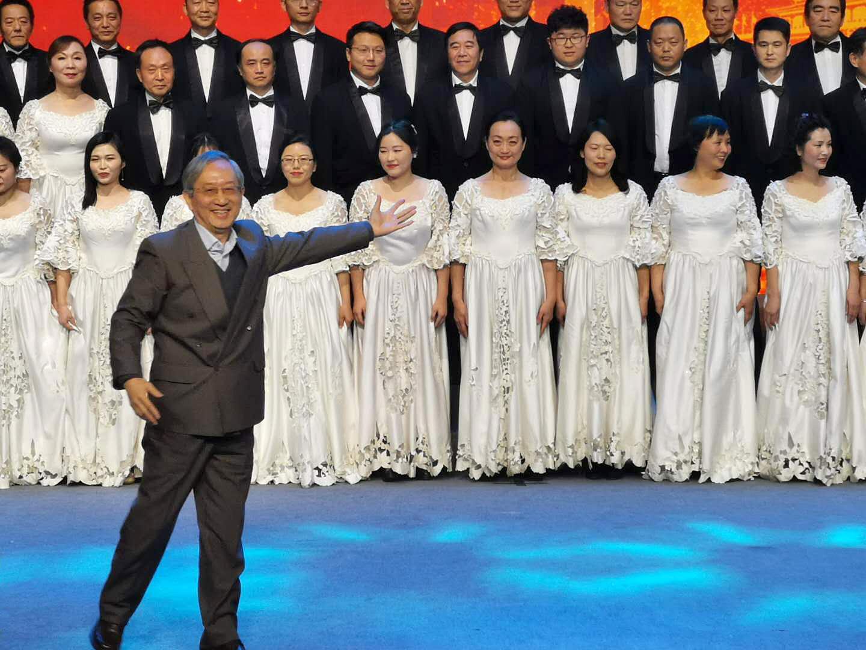 由戎嘉余院士担任指挥的大合唱《走向复兴》,由蒋士成院士领唱的歌曲