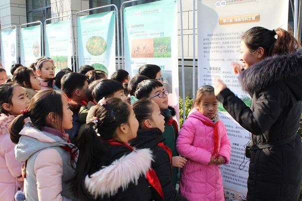 """""""展览现场,市科技馆,丹顶鹤保护区的宣讲人员向孩子们系统介绍了盐城"""