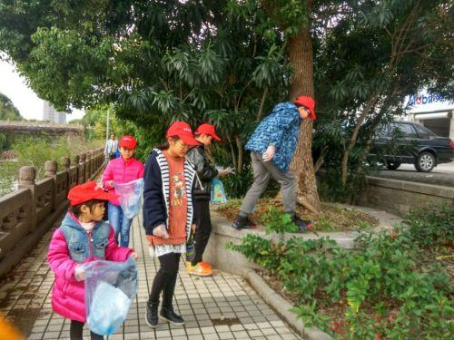 小志愿者清理小区垃圾图片