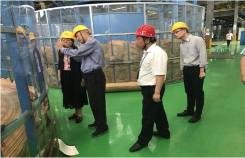 黄院士一行参观了亨通海洋智能化海底光缆生产车间,并为亨通技术研发